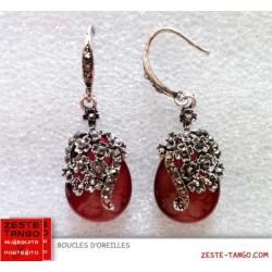 Boucle d'oreille rouge pour le tango. Style rétro, perle oeil de chat forme poire, strass, vieil argent