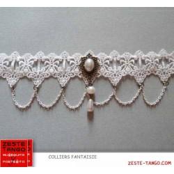 Collier dentelle blanche. Pendentif rouge forme poire