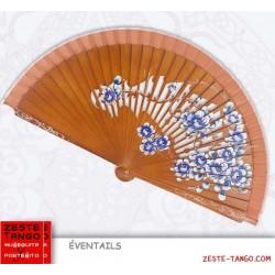 Éventail décor ajour et bouquet peint. Noyer / Bleu. 23 cm