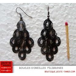Boucle d'oreille filigrane. Style rétro, forme poire, perle facette